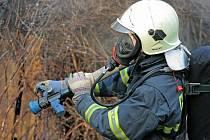 Být hasičem je sen mnoha kluků, ale ne každý si ho může splnit. Odměnou za absolvování náročného přijímacího procesu je zaměstnání, které rozhodně není jednotvárné. Hasiče na snímku jsme zachytili při cvičení, kde se zkoušely různé hasební směsi.