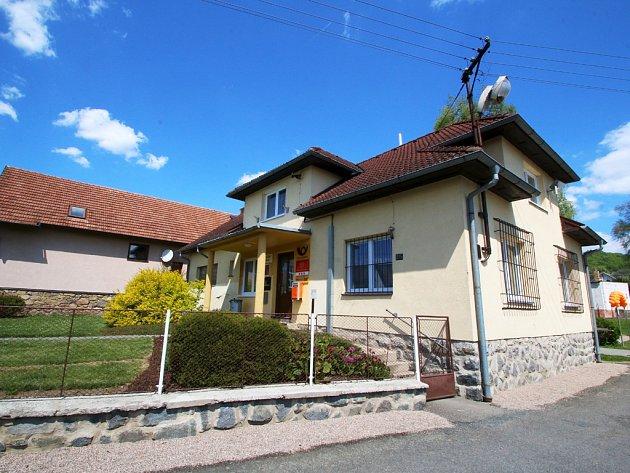 Pod jednou střechou v domku na návsi se nachází pošta a obecní úřad.