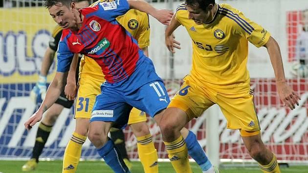 Od příští sezony bude záložník Tomáš Kučera (na snímku vpravo) bojovat i s Milanem Petrželou o místo v základní sestavě mistrovské Plzně.