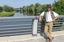 Jiří Panáček při své zastávce na řece Sázavě v Havlíčkově Brodě. V tu chvíli na něho čekala ještě závěrečná cesta k pramenům řeky v lesích nad Velkým Dářkem.