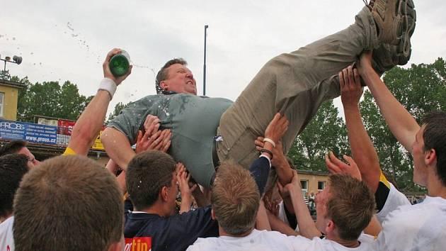 Oslavy předčasné nebyly. Po vítězném zápase s Humpolcem se havlíčkobrodští fotbalisté radovali z postupu do divize. Jejich oslavy předčasné nebyly.
