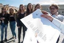 Veřejné čtení jmen obětí holocaustu v Havlíčkově Brodě.