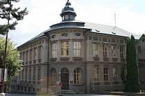 K původní stoleté budově byla provedena před rokem 1989 přístavba, která v poslední době začala poškozovat původní stavbu.