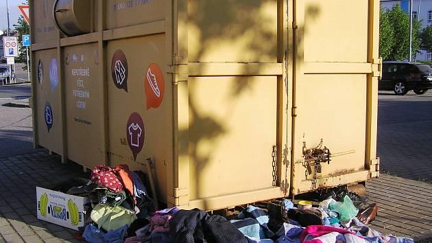 Takový obrázek se u žlutých kontejnerů na textil objevuje v poslední době stále častěji.