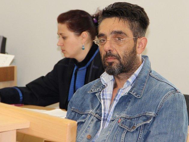 Recidivista Jiří Srp z Kladna byl už patnáctkrát soudně trestán. Z toho to bylo osmkrát za podvod. Ve středu dostal dalších šest let.