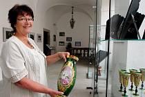 Jana Kovačková se jako jedna z mála profesionálních výtvarnic na Vysočině věnuje ručnímu malování skla specifickou technikou vysokého smaltu. Své dekorativní sklo představila i na řadě výstav. Naposledy vystavovala v chotěbořském zámku.