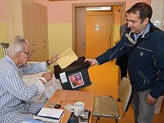 Zatímco mnozí voliči k urnám vůbec nedorazili, válečný veterán Imrich Gablech volil i v nemocničním prostředí.