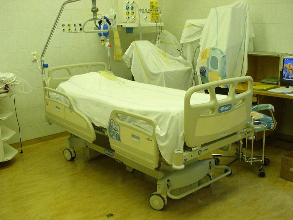 Lůžko, které se okamžitě přizpůsobí váze i výšce pacienta. Lze ho libovolně polohovat, nebo v případě nutnosti proměnit v pohodlné křeslo.  To vše pohání nejmodernější typ elektroniky.  Proleženinám pacienta brání speciální matrace.