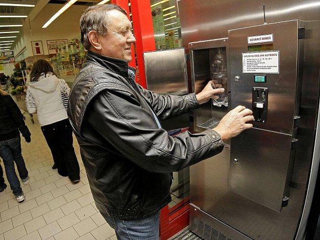 Jako jedna z prvních producentů kravského mléka Marie Brodinová nechala nedávno instalovat mléčný automat u vchodu jednoho havlíčkobrodského supermarketu. Po čase jí supermarket vypověděl smlouvu. Brodinová v tom vidí cílené tažení proti zemědělcům.