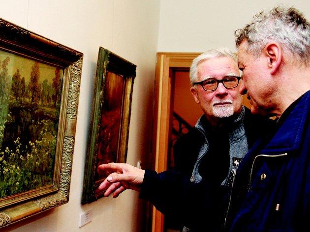 Lidé mají o výstavu zájem. Prohlédl si ji i malíř Josef Saska (vpravo).