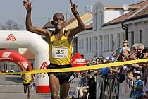 Pětadvacátým vítězem silničního běhu Městem Jarmily Kratochvílové se stal Tanzanec Damian Paul Chopa.