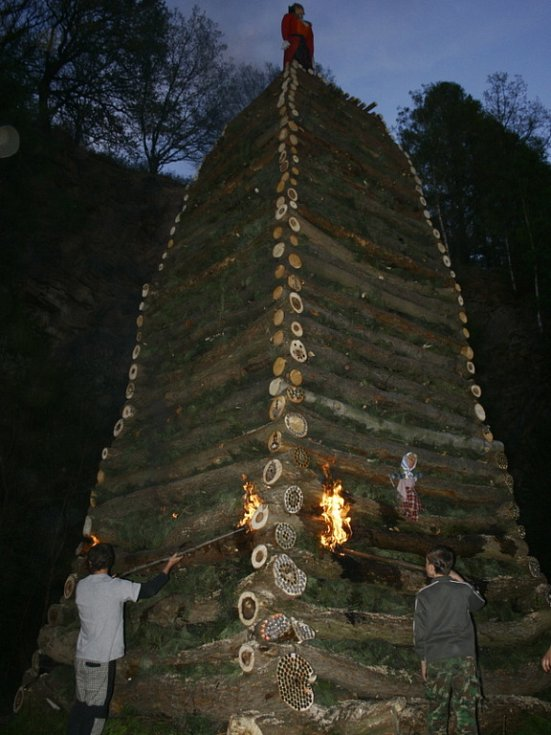 Parta kluků z Vysočan postavila v lomu jednu z nejvyšších hranic v okolí. Podle slov jednoho ze stavitelů, Staníka, měřila osm a půl metru.
