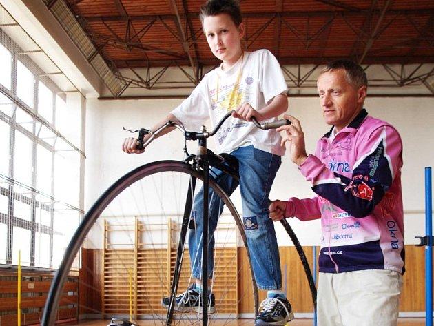 Přijel i velociped. Nadšené děti využily jedinečné příležitosti a zkusily si jízdu na velocipedu s mistrem světa Josefem Zimovčákem.