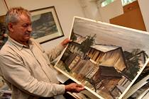 Z Čepelákovy školy. Josef Saska ve svých dvou ateliérech navazuje na svého velkého učitele. V pátek o něm promluví v havlíčkobrodské galerii. Na snímku  malíř ukazuje zpodobnění starého dřevníku, který stojí naproti jeho venkovskému ateliéru.