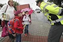 V rámci projektu Bezpečná Vysočina se dětem v kraji dostalo poučení, jak se správně chovat třeba na přechodech pro chodce a obdržely například i reflexní prvky. Ilustrační foto: