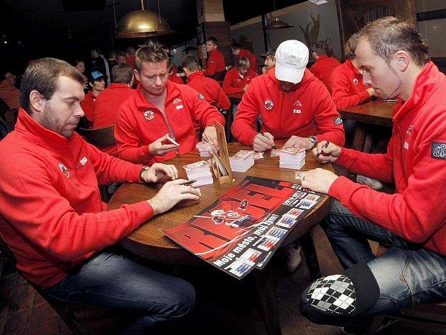 Takto se hokejisté HC Rebel (zleva) Jaroslav Suchan, Marian Morava, Stanislav Neruda a Miroslav Třetina) podepisovali před sezonou.