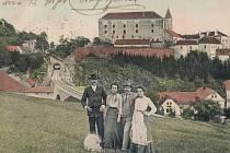 V roce 1903 zachytila poetickou scénu na trati Posázavského pacifiku. Vydal ji pravděpodobně Jan Vostatek. Záběr nabízí pohled na ledečský hrad, železniční viadukt a tunel směřující k zastávce Horní Ledeč.