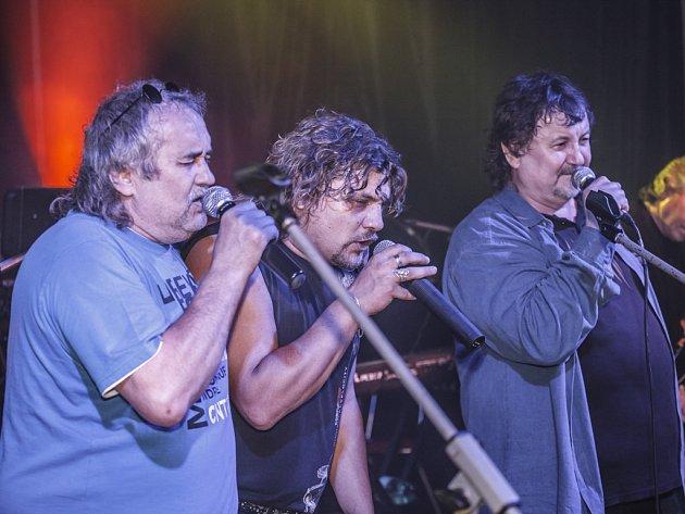 Zbyněk Mrkvička společně na pódiu s bratrem Láďou (první zprava) a synovcem Lukášem.