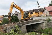 Oprava mostku takřka uprostřed České Bělé, kterou má ve své moci Ředitelství silnic a dálnic České republiky, rozdělila městys vedví.