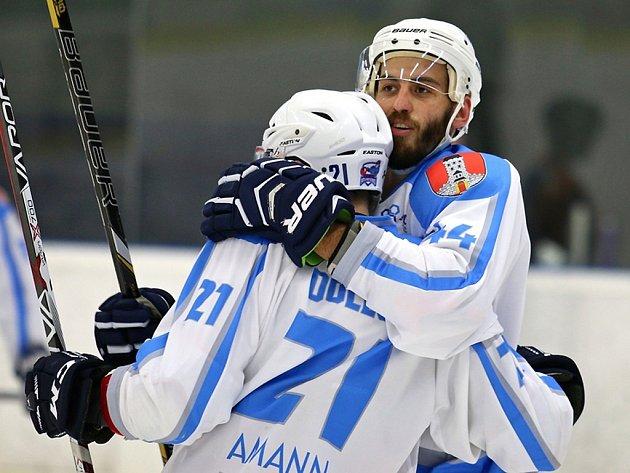 Radost měli hokejisté Světlé nad Sázavou po utkání s Litomyšlí, kterou rozstříleli vysoko 7:1. Tři branky vstřelil Petr Včela a na pěti se podílel Jaroslav Žák.