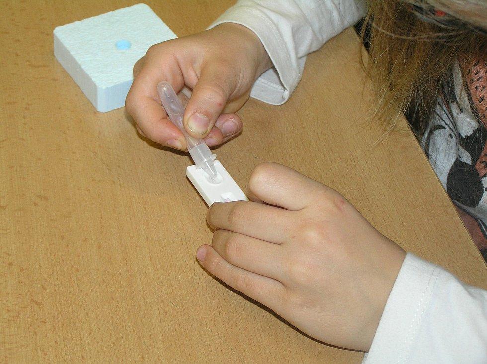 V mateřské škole ve Ždírci si děti testovali rodiče, školáci to brali jako zábavu.
