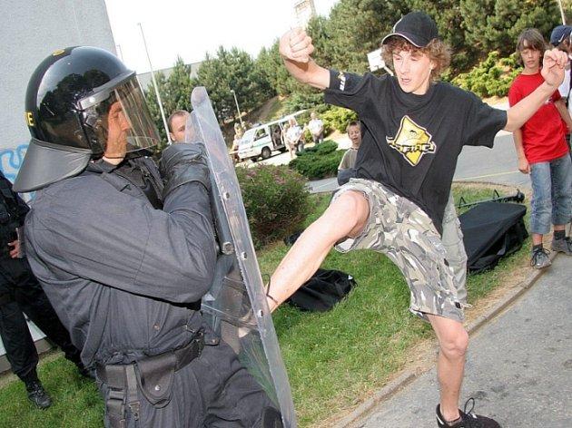 Akční hrdinové. Školáci si Den s policií opravdu užili. Na chvíli dostali možnost vžít se do role demonstrantů a pořádně provokovat těžkooděnce.