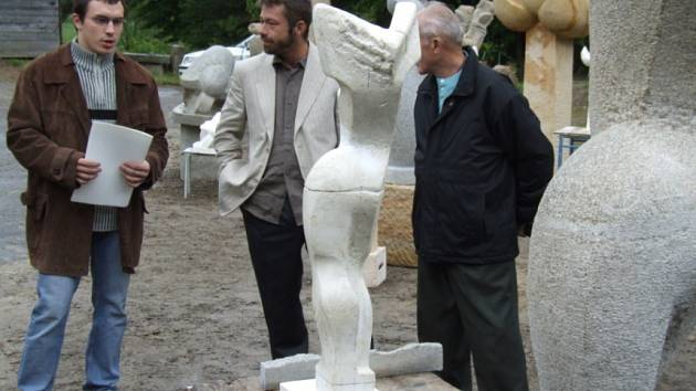 Jiří Tyml (druhý zleva) patří k výrazným pedagogům kamenického učiliště. Na snímku je při loňských obhajobách maturitních prací svých studentů.