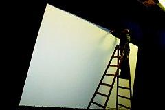 Filip T.A.K. při opravě filmového plátna.
