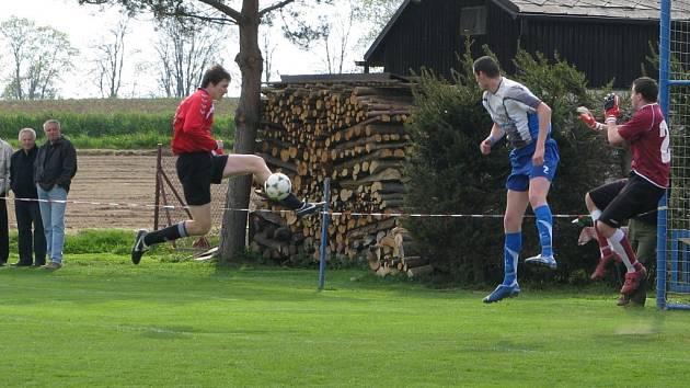 Fotbalisté Světlé (uprostřed obránce Jiří Valenta, vpravo brankář Tomáš Havlíček) vyhráli semifinále s Třeští, postoupili tak do měřínského finále krajského poháru.