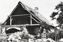 Takto po bombardování vypadalo mnoho usedlostí v Krucemburku i Žďírci nad Doubravou.