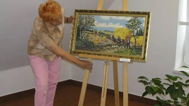 Křížkové výšivky, technika Richelieu, unikátní vyšívané obrazy. To vše nabízí návštěvníkům světelská Galerie Na Půdě  až do 17. července. Díla pocházejí z rukou šikovných vyšívaček ze Světelska a některé výrobky jsou i na prodej.