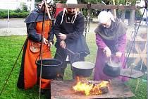 Manželé Benešovi, vlevo Jarka Houserová. Středověký kuchař býval řádně vyuzen kouřem.