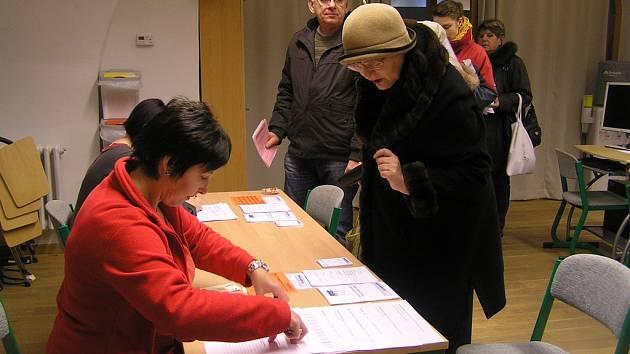 Na zápis do Univerzity volného času jsou studenti ochotni si počkat.