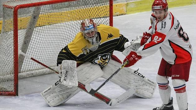 Zatímco hráči Pelhřimova (v bílém) už ztratili šanci na postup do play-off, hokejisté Moravských Budějovic (v černo-žlutém) budou hájit třetí příčku tabulky.