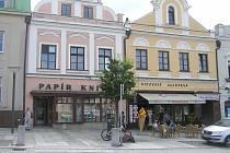Historické domy v Brodě čeká proměna. Například papírnictví druhé zleva.