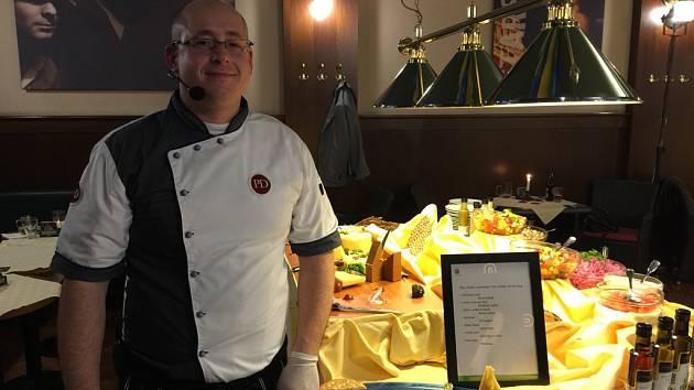 Šéfkuchař Jan Pavlík u rautového stolu, kde se podávaly zeleninové saláty a originální švédské sýry. Všechny suroviny byly dovezeny ze Švédska a na místě zpracovány.