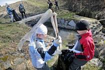 Žáci havlíčkobrodské základní školy Konečná v úterý zahájili ekologickou akci Čistá řeka Sázava na Vysočině.