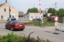 Někteří řidiči v Golčově Jeníkově na Havlíčkobrodsku nerespektují zákaz vjezdu na uzavřený přejezd. Na místě vznikají kolize mezi řidiči a dělníky.