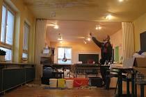 PROVIZORNĚ. Tak řeší zatékající vodu do budovy zaměstnanci stacionáře pro mentálně postižené Úsvit. Město podle slov prozatím opraví alespoň rozbitou střechu.