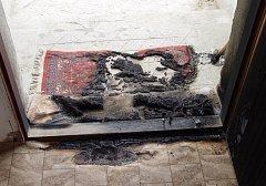 Skvrna v předsíni okolo prahu dveří naznačuje, že žhář nejprve místo polil hořlavinou, kterou pak zapálil. Prostor vchodových dveří domu rodiny Martínkových tak byl značně poškozen.
