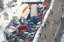 20. března loňského roku na 100. až 126. kilometru dálnice D1 uvízlo v dopravní nehodě na 20 tisíc lidí.