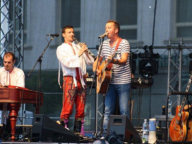 Vánoční koncerty nejsou u zpěváka Petra Bendeho žádnou novinkou. Letos se ovšem rozhodl pro zásadní inovaci – představí se s ním mladý mistr sólového cimbálu Michal Grombiřík a kapelu doplní desetičlenný dechový big band.