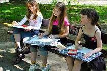 Žáci třetí třídy havlíčkobrodské ZŠ Štáflova se několik desítek metrů od školy pustili v městském parku do kreslení.