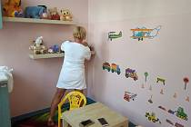Čekárna i urologická ambulance jsou barevné, s obrázky na zdech a vybaveny hračkami.