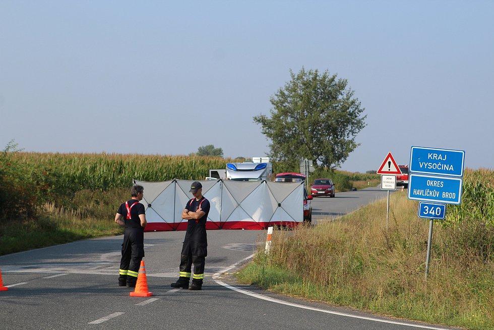 Tělo uhořelé ženy leželo na silnici mezi dvěma kraji