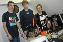Téměř každý den se v místnosti nadačního fondu Aktivní ženy v Golčově Jeníkově schází necelá desítka žáků místní základní školy. Obsahem jejich schůzek je práce s 3D tiskárnou.