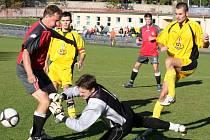 Naději na záchranu budou živit fotbalisté chotěbořského béčka (ve světlém) v domácím zápase s Kamenicí.
