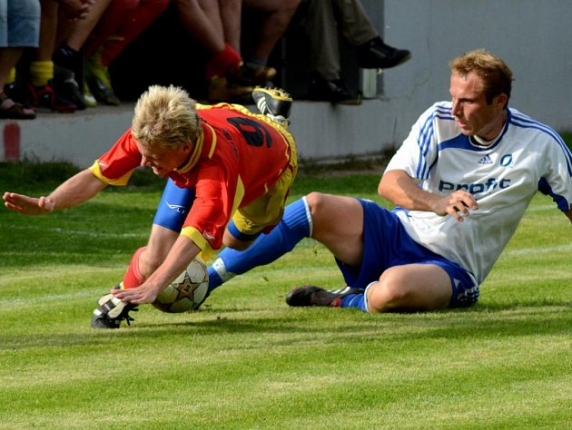 Ždírecký útočník Pavel Klimeš (vlevo) se přes dobře fungující obranu Herálce neprosadil, a i proto skončil zápas remízou.