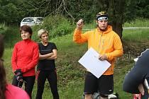 Ředitel závodu a hlavní organizátor Jaroslav Holcman (v oranžovém) udílí pokyny závodníkům.