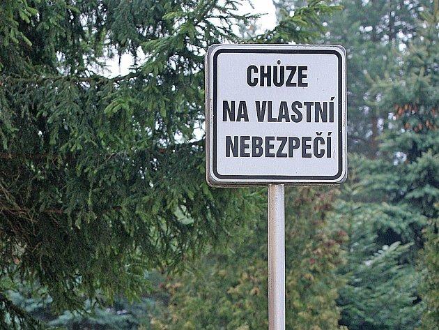 Chůze na vlastní nebezpečí. Přesně taková nesmyslná cedule je k vidění u chodníku na Jihlavské ulici v Havlíčkově Brodě.